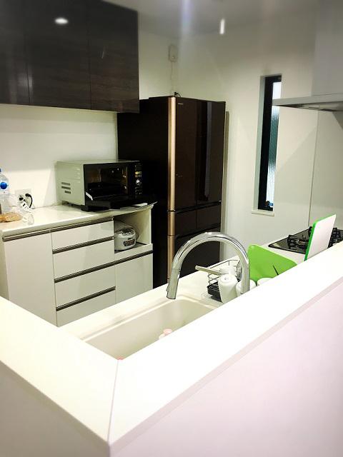 キッチンは2人で立っても十分な広さ。「子どもが将来、料理を手伝ってくれるようになるといいですね」